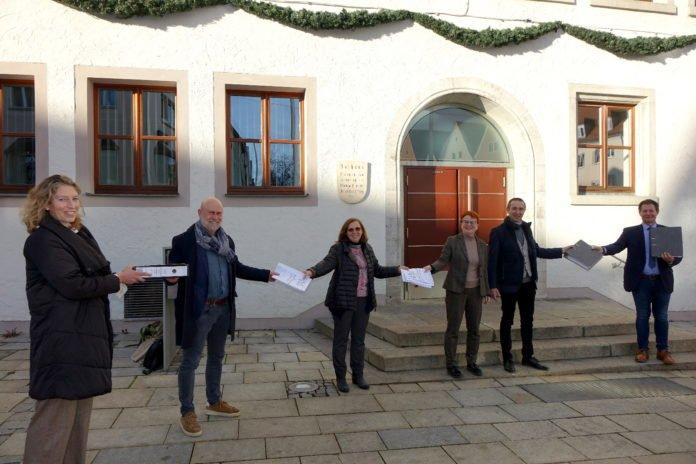 Bauantrag für Christuskirche an Oberbürgermeister Thumann übergeben