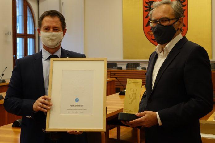 Wohnbauprojekt ausgezeichnet: OB Thomas Thumann und Kurt Weber mit den Preisen (von links)